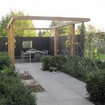 moderne tuin tegels Larix pergola tuinontwerp rivius