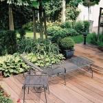 romantische moderne tuin met vlonder en schaduw rivius