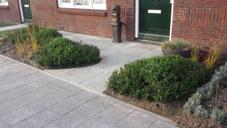 Voortuin met buxuswolken rivius tuinontwerp tegels with for Voortuin strak modern
