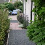 voortuin met tegels en split rivius tuinontwerp