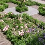 voortuin romantisch rozen rivius buxushaagje tuinontwerp